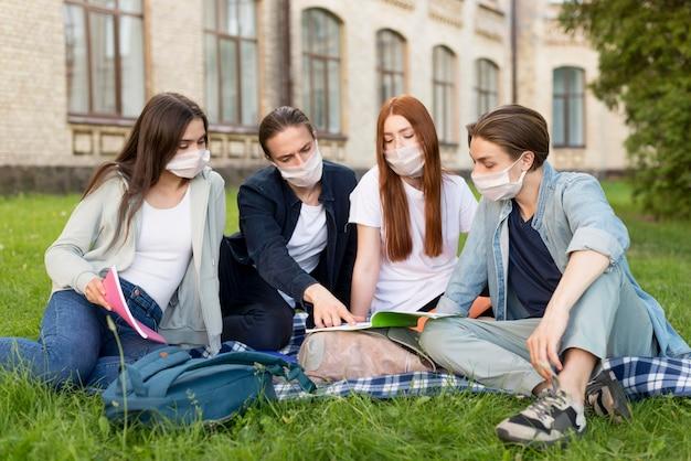 Groep universitaire studenten die samen uithangen