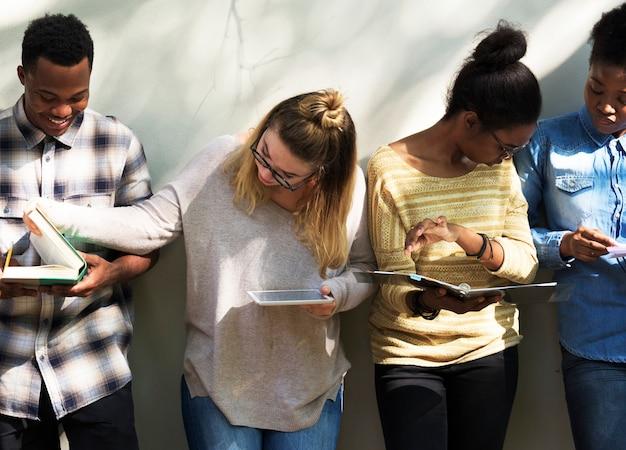 Groep universiteitsstudenten die voor onderzoek bestuderen