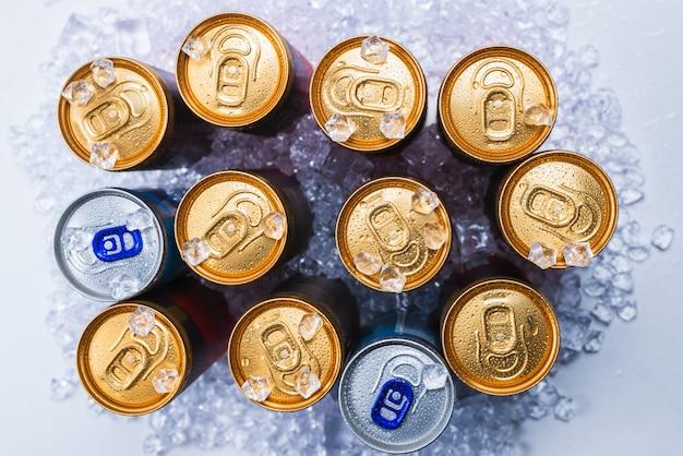 Groep van aluminium blikjes in ijs, koude drank. bovenaanzicht.