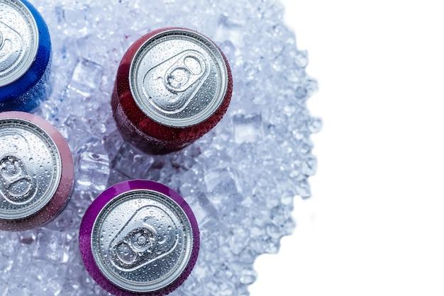 Groep van aluminium blikjes in ijs, koude drank.