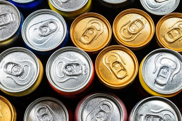 Groep van aluminium blikjes, koud drankje. bovenaanzicht.