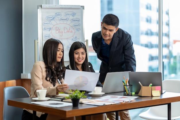 Groep van aziatische en multi-etnisch mensen uit het bedrijfsleven met formele pak werken en brainstormen