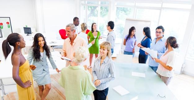 Groep van corporate mensen met verschillende gesprekken