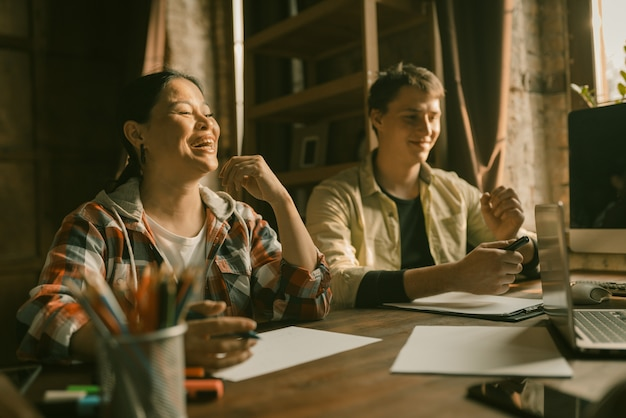 Groep van creatieve multi-etnische mensen in coworking