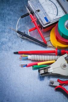 Groep van elektrische apparatuur op metalen oppervlak constructie concept