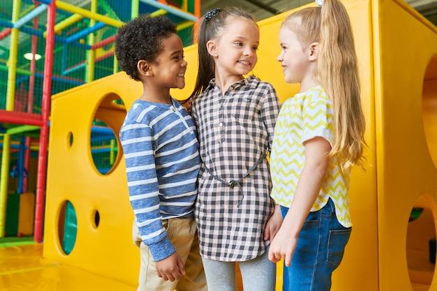 Groep van gelukkige kinderen poseren in de speelruimte