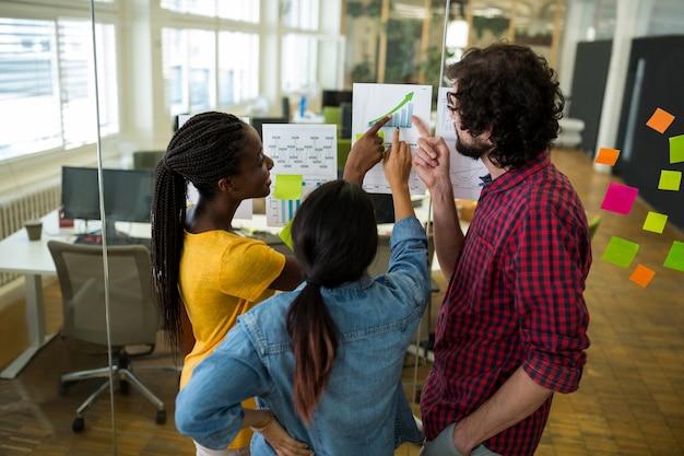 Groep van grafisch ontwerpers interactie over een grafiek