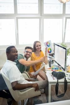 Groep van grafisch ontwerpers werken op de computer