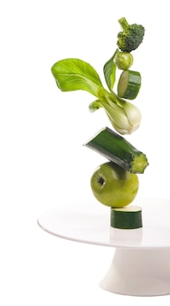 Groep van groene groenten en fruit op witte ondergrond