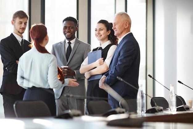 Groep van jonge mensen uit het bedrijfsleven
