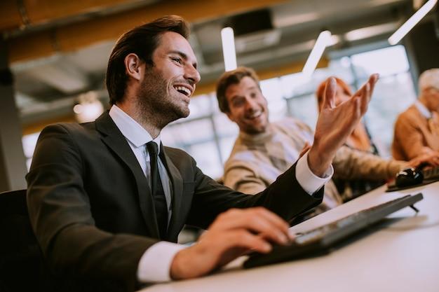 Groep van jonge zakenlui in het moderne kantoor