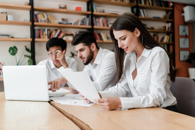 Groep van kantoorpersoneel mannen en vrouw samen te werken