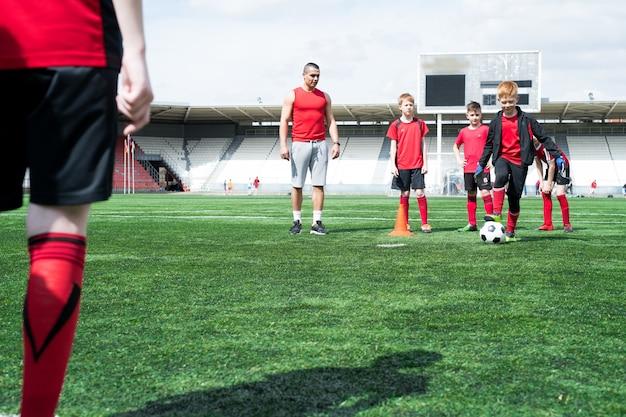 Groep van kinderen op voetbal praktijk