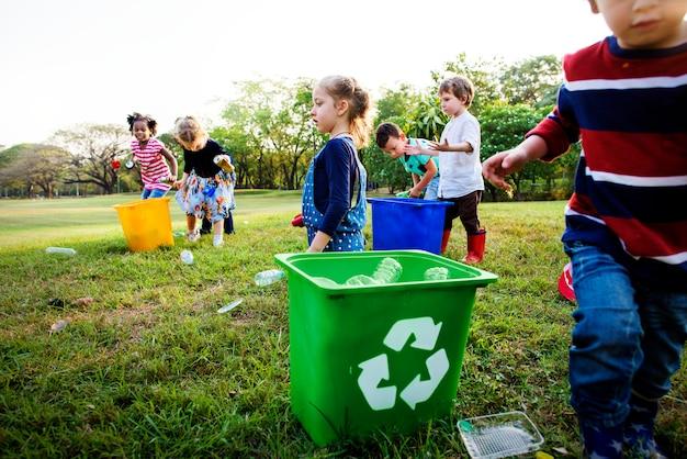 Groep van kinderen school vrijwilliger liefdadigheidsomgeving