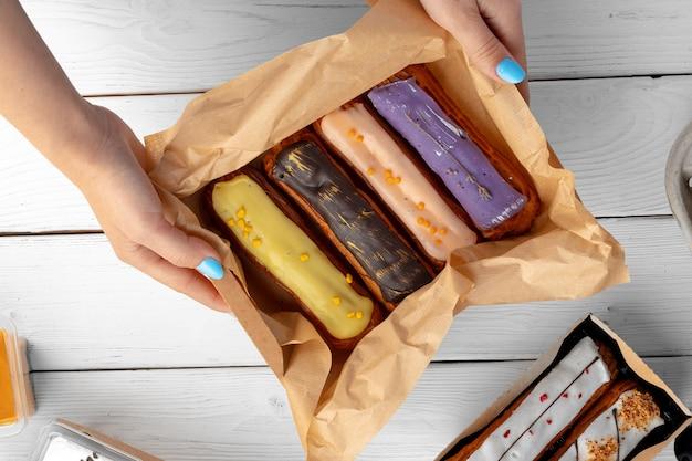 Groep van kleurrijke eclair taarten met glazuur, bovenaanzicht
