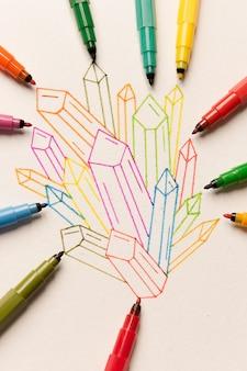 Groep van kleurrijke geschilderde kristallen tussen markeringen