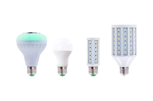 Groep van led-spaarlamp, schroefdop e27 230v geïsoleerd op een witte achtergrond.