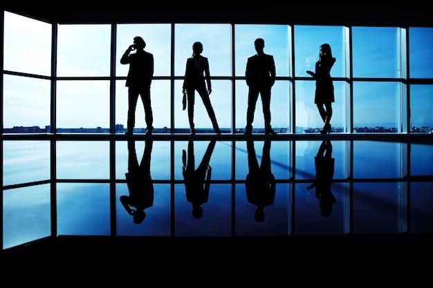 Groep van leidinggevenden in kantoorgebouw