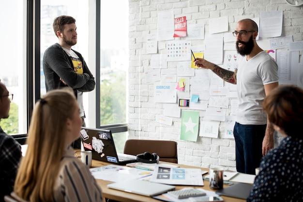 Groep van mensen team ondersteuning opstarten bedrijfspresentatie