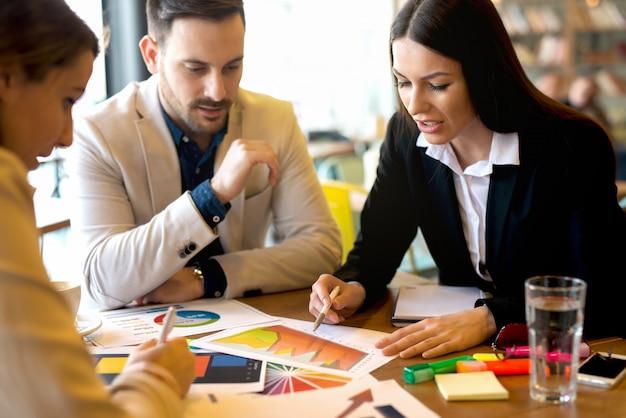 Groep van mensen uit het bedrijfsleven brainstormen over zakelijke uitdagingen.