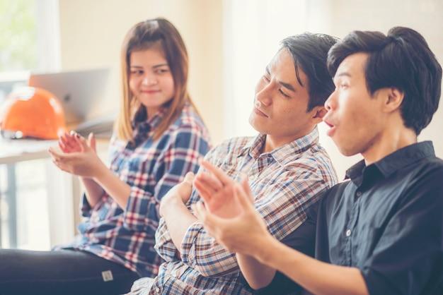 Groep van mensen uit het bedrijfsleven drukke financiële kwestie tijdens vergadering bespreken