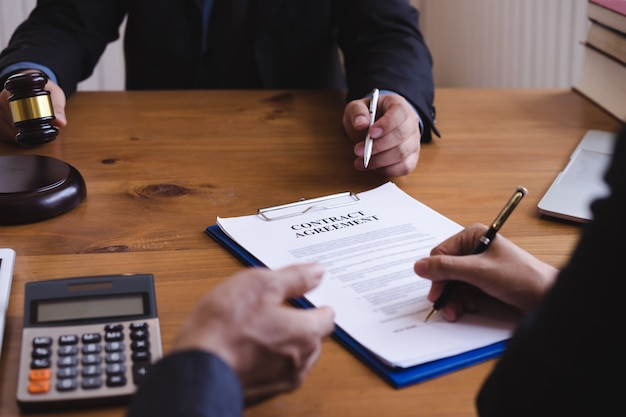 Groep van mensen uit het bedrijfsleven en advocaat of rechter team bespreken co-investment conference, rechtsconcepten, advies, juridische dienstverlening.