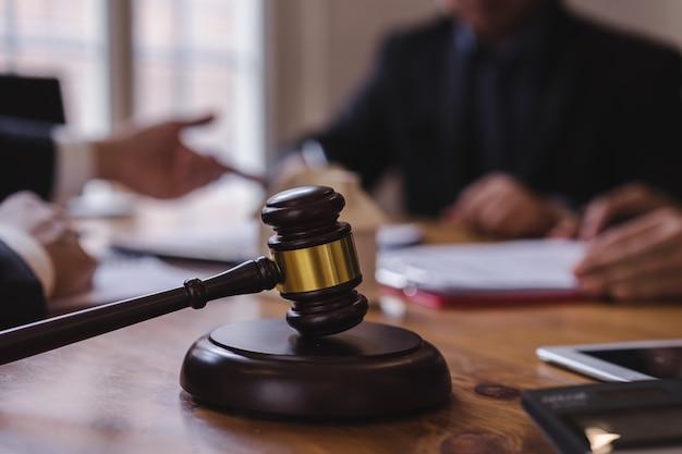 Groep van mensen uit het bedrijfsleven en advocaat of rechter team bespreken