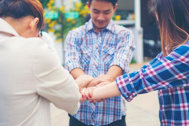 Groep van mensen uit het bedrijfsleven gekruist armen in stapel voor de overwinning. stapel handen. samenwerking concept