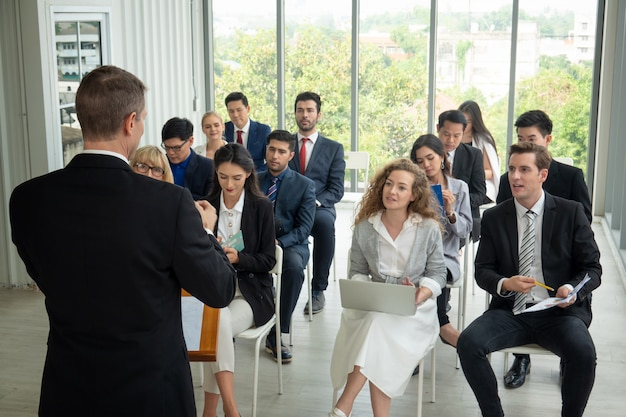 Groep van mensen uit het bedrijfsleven in business succesvol onderwijs op seminar