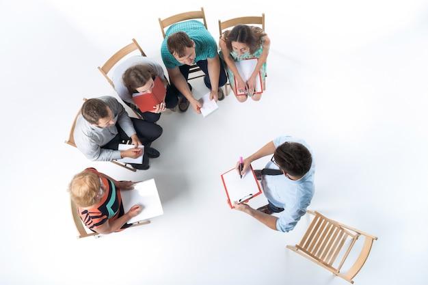 Groep van mensen uit het bedrijfsleven in een vergadering