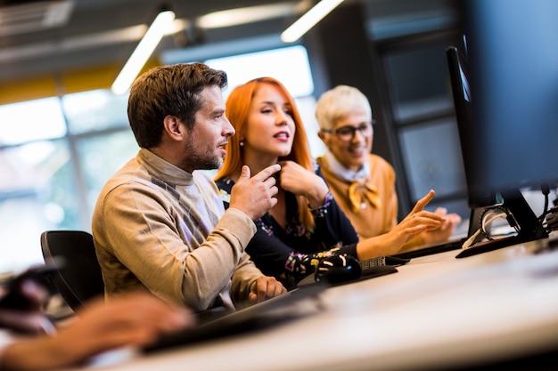 Groep van mensen uit het bedrijfsleven in het moderne kantoor
