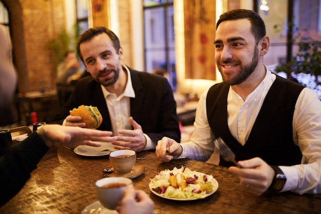 Groep van mensen uit het bedrijfsleven in het restaurant