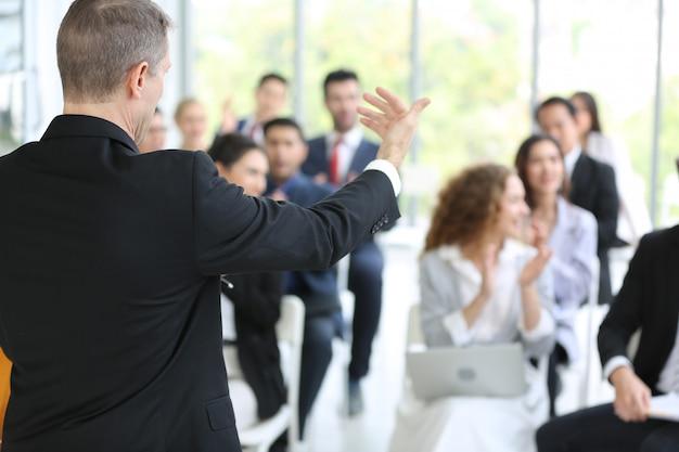 Groep van mensen uit het bedrijfsleven in seminar of vergadering