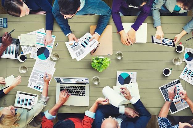 Groep van mensen uit het bedrijfsleven met een bijeenkomst