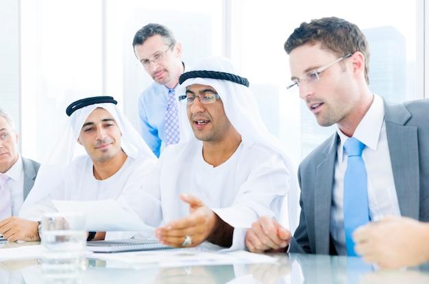 Groep van mensen uit het bedrijfsleven ontmoeten