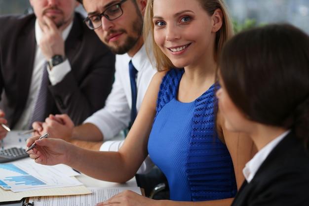 Groep van mensen uit het bedrijfsleven samen te werken op project