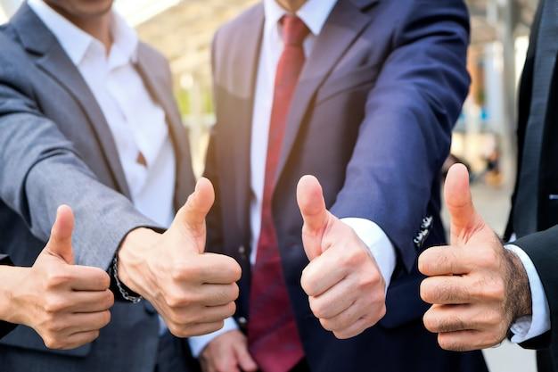 Groep van mensen uit het bedrijfsleven staan gefeliciteerd.