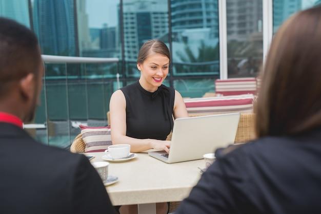 Groep van mensen uit het bedrijfsleven team vergadering praten sollicitatiegesprek brainstormen schaven.