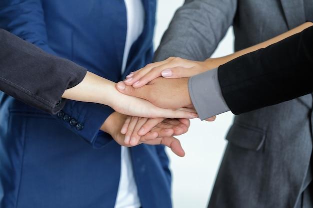 Groep van mensen uit het bedrijfsleven vergadering schudden handen samen, business outdoor vergadering concept.