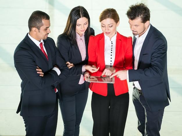Groep van mensen uit het bedrijfsleven werken samen.