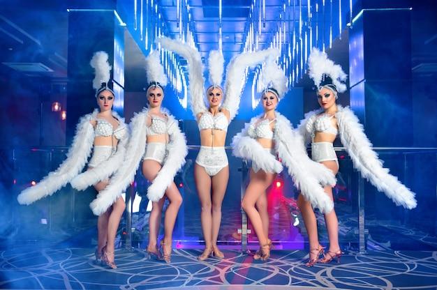 Groep van mooie vrouwelijke dansers in witte carnaval kostuums