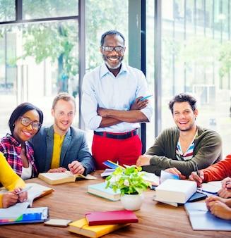 Groep van multi-etnische vrolijke studenten met de professor