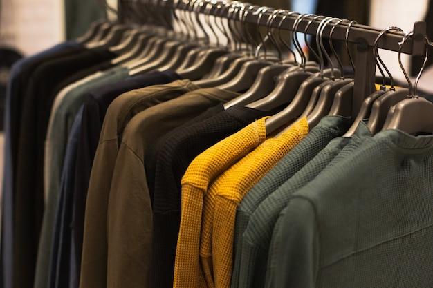 Groep van multi-gekleurde truien opknoping trempels in een modeboetiek te koop