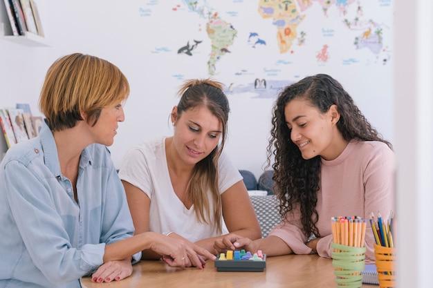 Groep van onafhankelijke vrouwen die werken met geheugenspellen voor kinderen