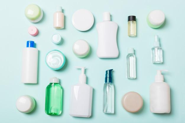 Groep van plastic bodycare fles plat lag samenstelling met cosmetische producten op blauw
