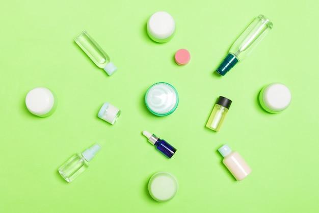 Groep van plastic bodycare fles plat lag samenstelling met cosmetische producten set van witte cosmetische containers, bovenaanzicht met kopie ruimte