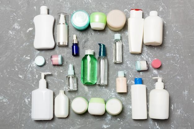 Groep van plastic bodycare fles plat lag samenstelling met cosmetische producten