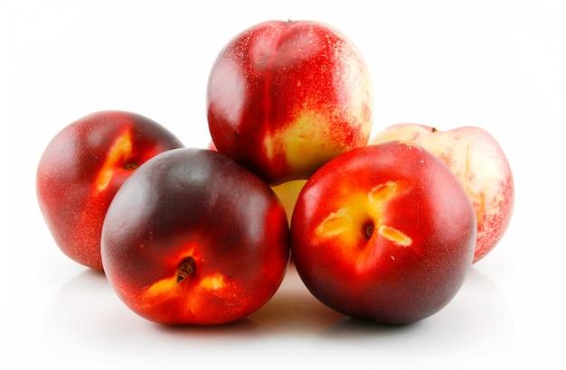 Groep van rijpe perzik (nectarine) geïsoleerd op wit