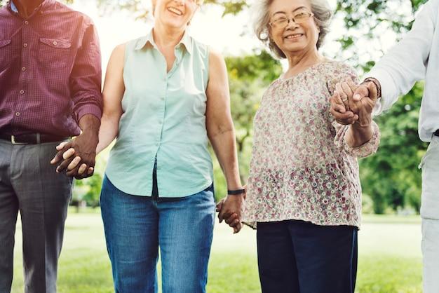 Groep van senior pensioenvrienden geluk concept