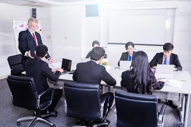 Groep van succesvolle zakenman. bespreking van de bedrijfswinsten van het bedrijf.